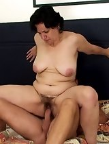 The hot mom is sitting on dick after sucking him and her old body loves being filled